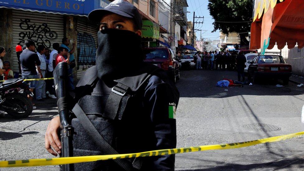 Policía controla zona donde hay un hombre muerto en Guerrero.