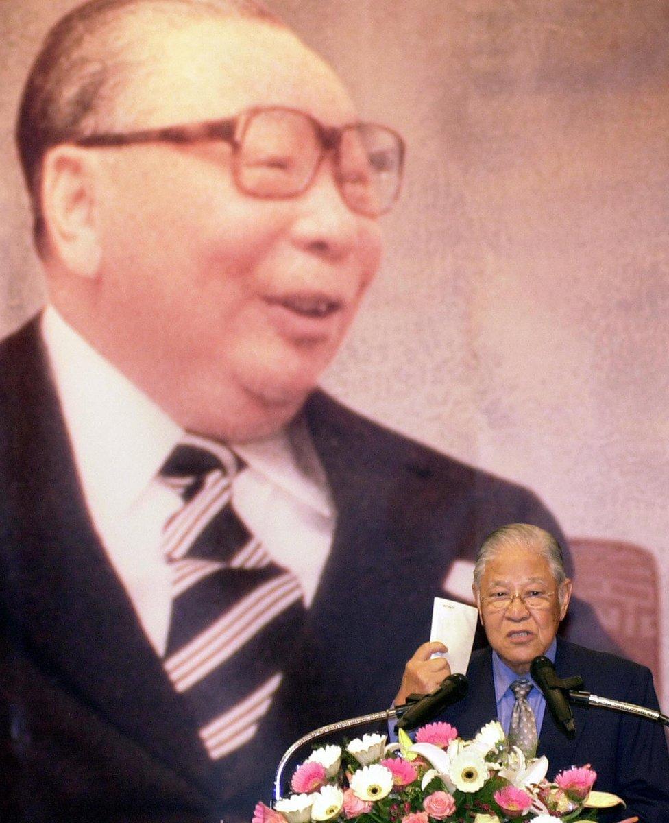 蔣經國(圖左)宣佈解嚴,他在1988年過逝後,繼任者李登輝(圖右下)持續鬆綁國民黨一黨專政體制。