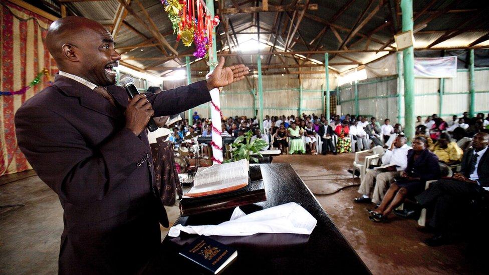 Un hombre predicando en una iglesia pentecostal