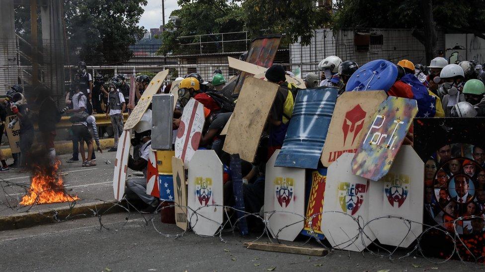 Manifestantes con escudos