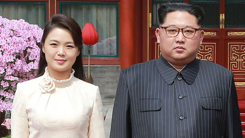 Kim Jon-un y su esposa en Pekín.