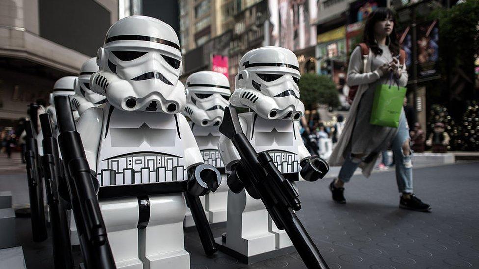 Muñecos de Star Wars en estilo Lego, en un centro comercial en Hong Kong.