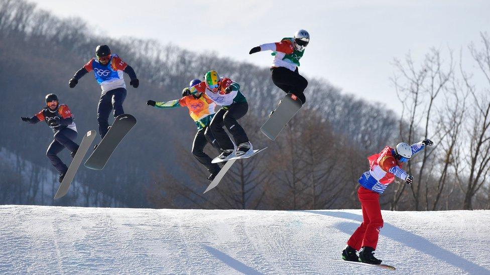 Competidores en la final de snowboard cross