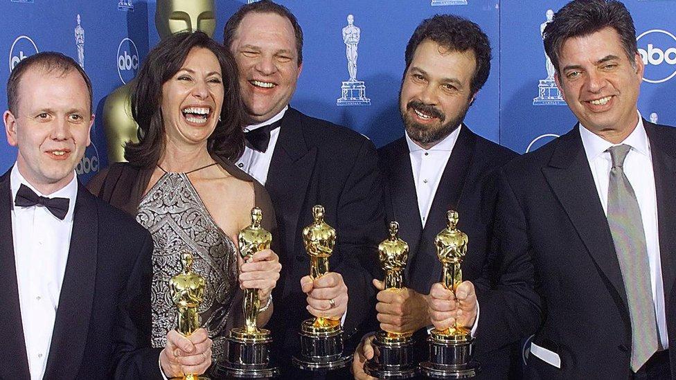 هارفي واينستين يتوسط مجموعة من فريق العمل في فيلم