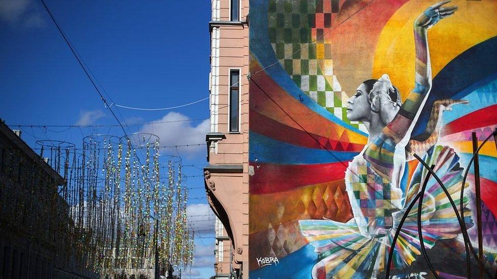 Джексон, Ганди и Плисецкая: как художник превращает историю в граффити