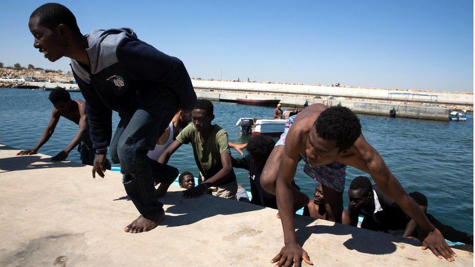 Inmigrantes rescatados por guardacostas libios