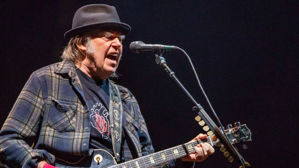 Neil Young says Hyde Park show will proceed without Barclaycard as sponsor | BBC