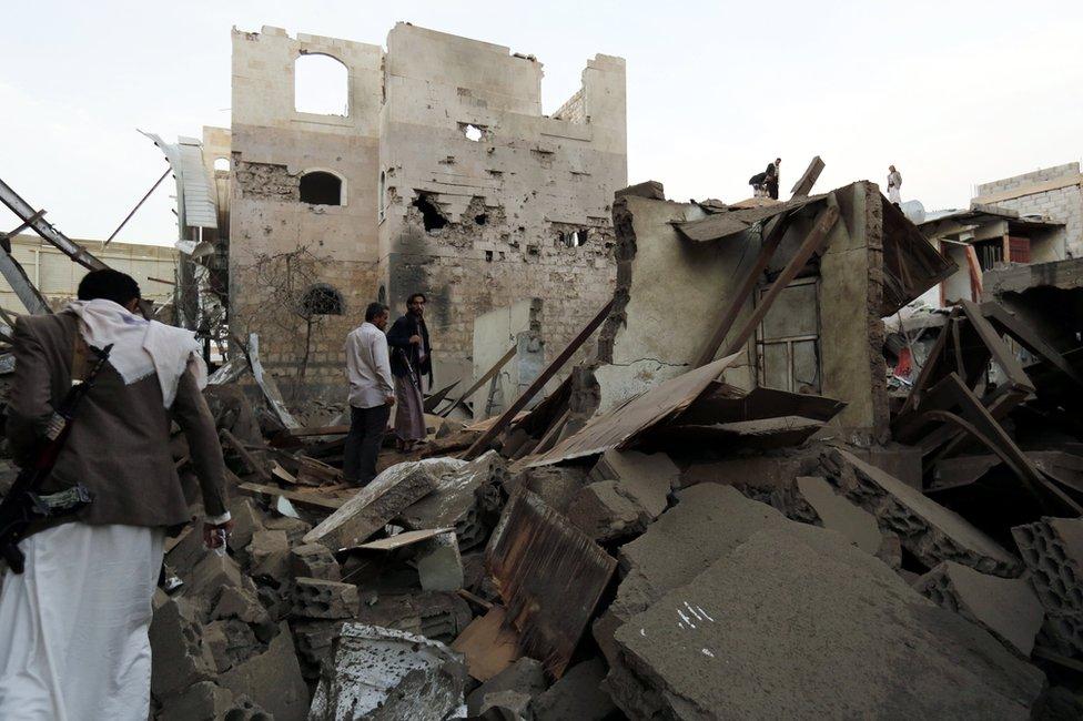 Varios yemeníes inspeccionan una casa derribada por un ataque de la coalición liderada por Arabia Saudita en un distrito de Saná, Yemen, el 9 de junio de 2017.
