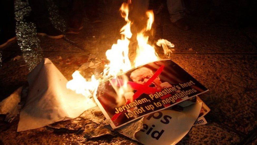 Палестинські мітингувальники спалили фотографію Дональда Трампа на Західному Березі