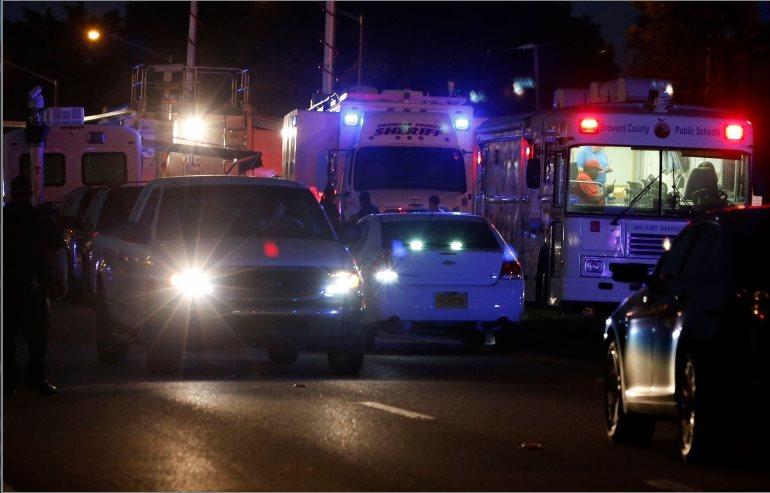 Kendaraan-kendaraan polisi, ambulans dan pemadam kebakaran bersiaga.