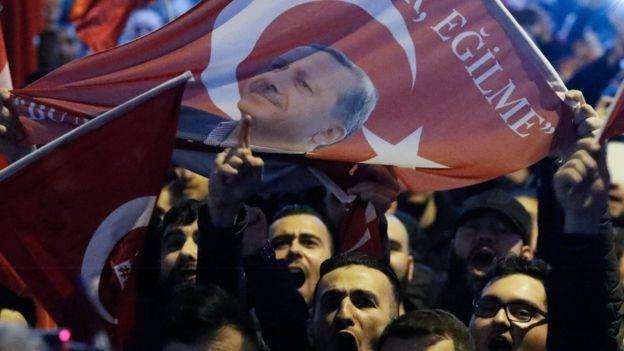 توترت العلاقات التركية - الهولندية بعد منع هبوط طائرة جاويش أوغلو في هولندا