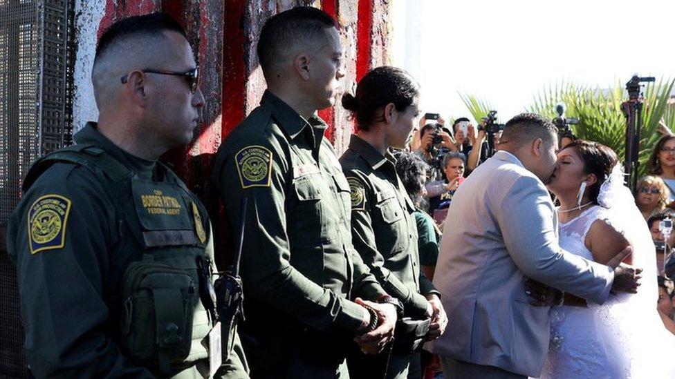 Guardias fronterizos junto a la pareja de recién casados