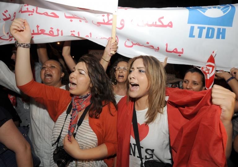 يرى مراقبون أن تونس حققت نجاحا نسبيا في انتقالها إلى الديمقراطية، بالمقارنة مع بلدان ما يسمى بالربيع العربي.