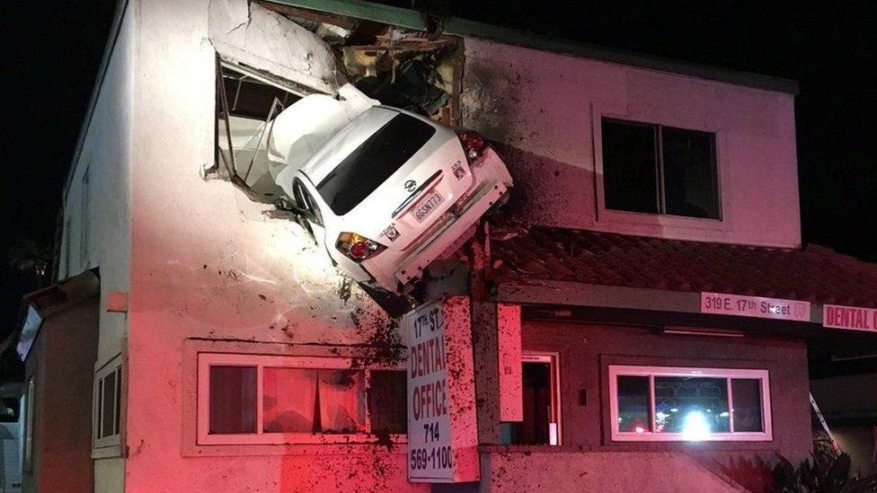 У Каліфорнії авто залетіло на другий поверх будинку