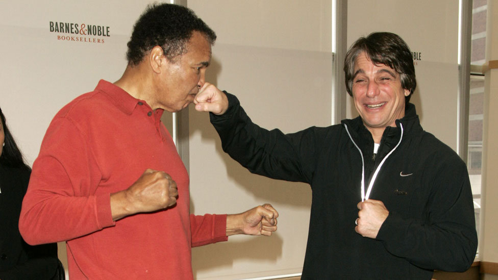 Tony Danza junto a Mohamed Alí en 2004.