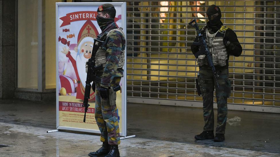 Soldados vigilan centro comercial en Bruselas, tras atentados en 2015