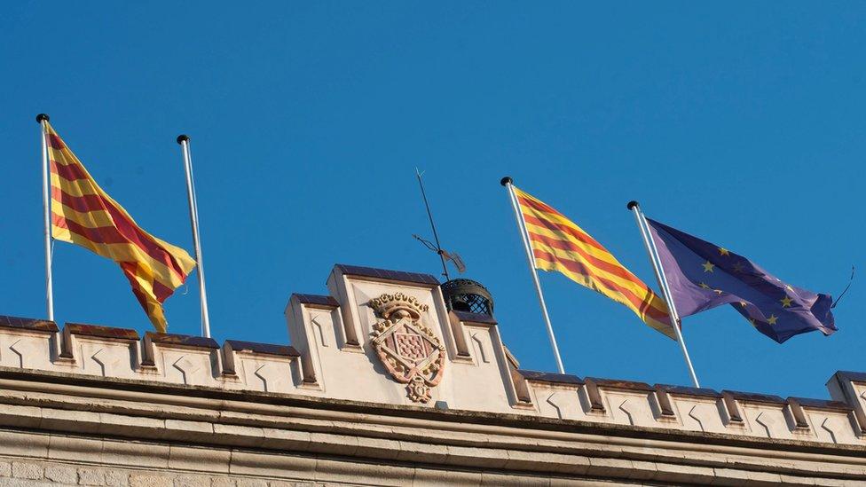 Edificio de gobierno sin la bandera de España.