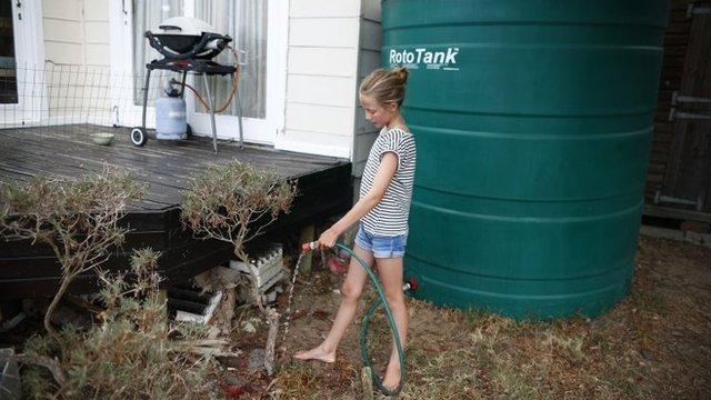 Está prohibido regar jardines con agua municipal. Las familias más afortunadas que cuentan con tanques en sus casas recogen el agua de lluvia para sus plantas.