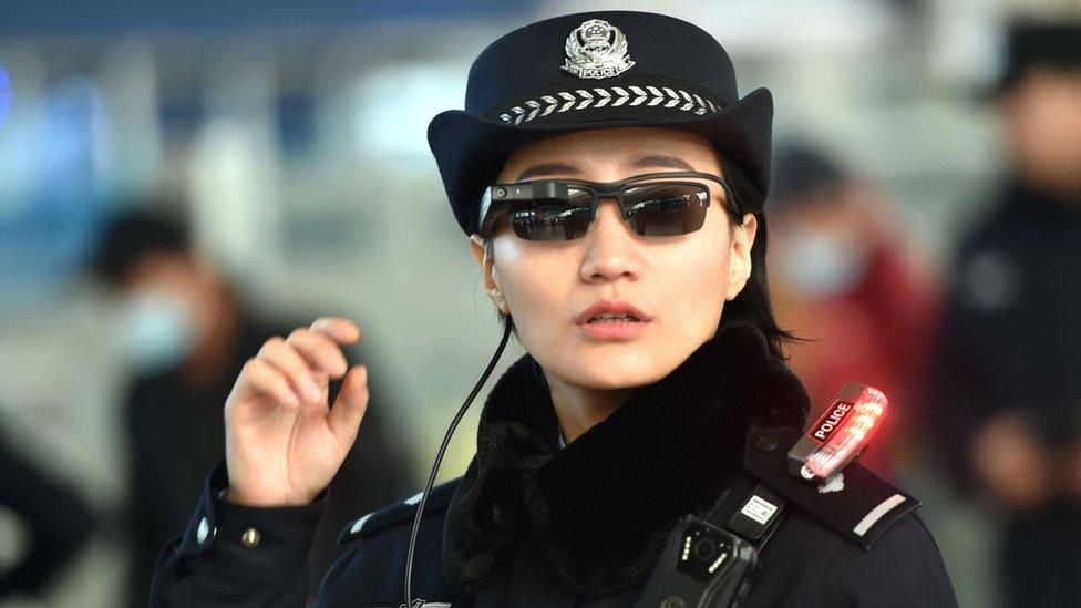 Imagen de una mujer policía llevando gafas inteligentes.