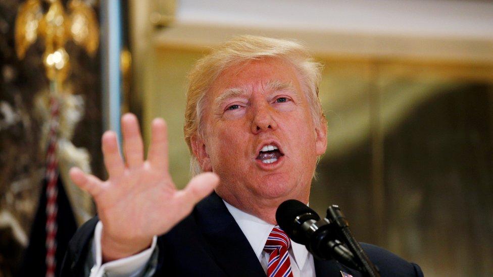 Tras crítica, Trump condena a supremacistas blancos por violencia