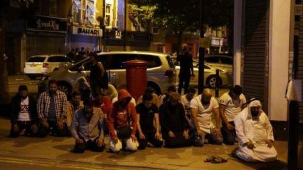 مصلون واصلوا صلاة التراويح خارج المسجد بعد الهجوم