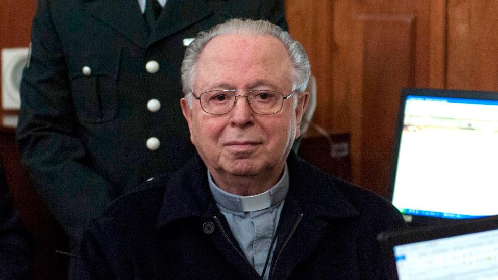 El sacerdote Fernando Karadima compareció ante las cortes en Santiago en 2015.