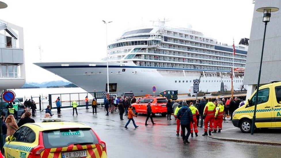 """Потерпевший бедствие лайнер """"Викинг Скай"""" дошел до порта Молде"""