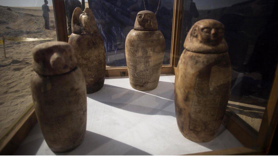 Cuatro jarras con tapas que llevan las caras de los cuatro hijos del dios Horus fueron desenterradas del antiguo cementerio egipcio.