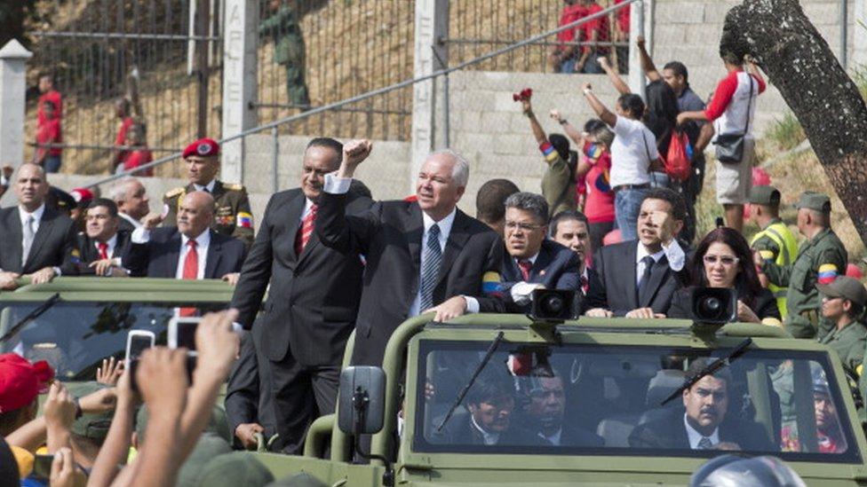 Rafael Ramírez junto a varios dirigentes en el entierro de Chávez.