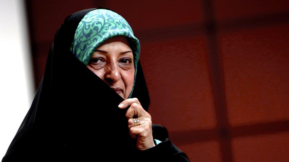 نائبة الرئيس روحاني لشؤون المرأة معصومة ابتكار تغطي جزء من وجهها بعبائتها