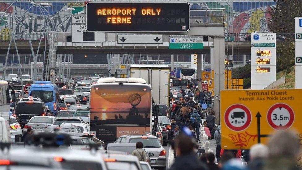 Atasco de tráfico en el aeropuerto de Orly.