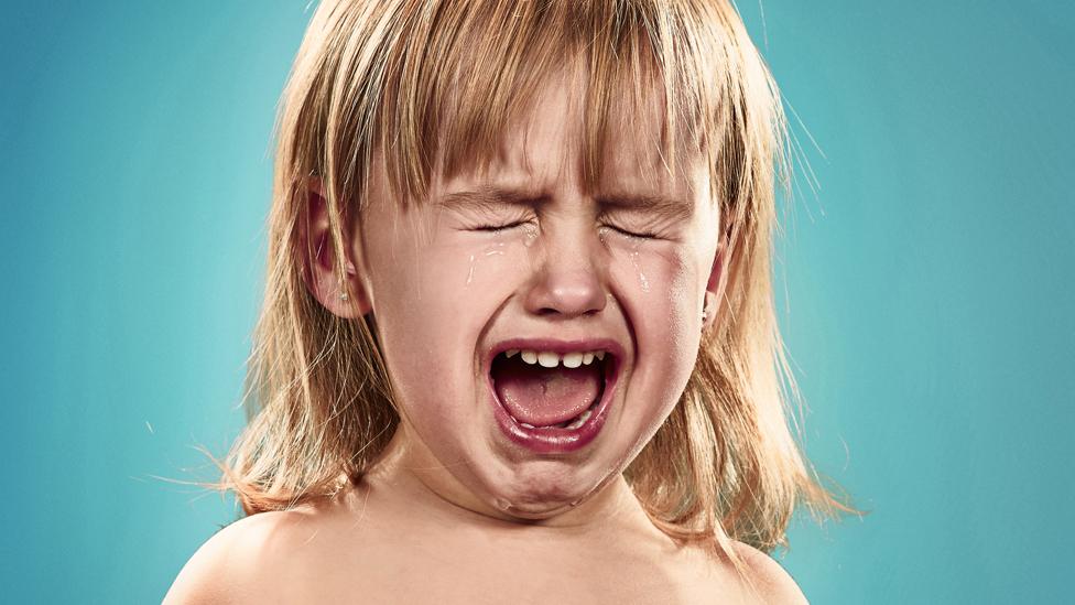 Niña pequeña llorando.