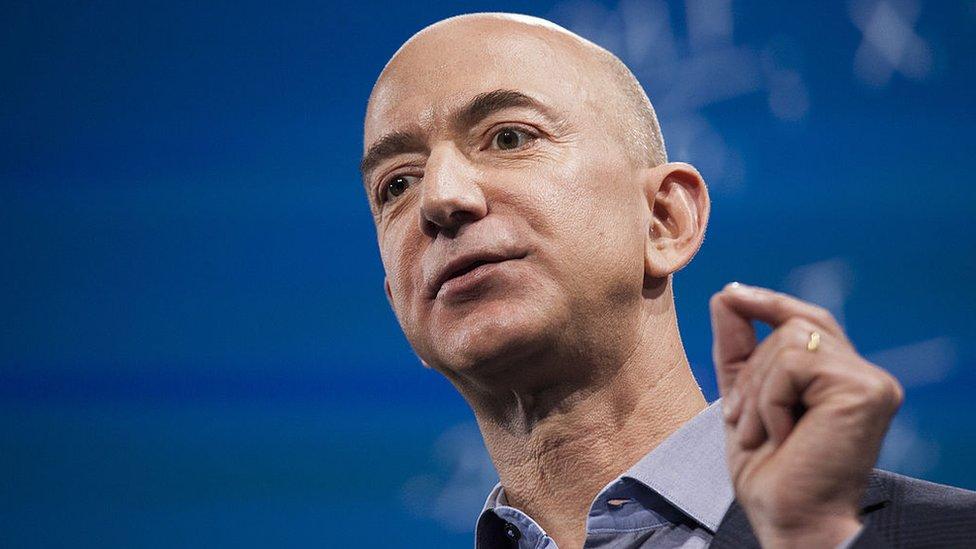 Fundador de Amazon, Bezos además de el hombre más rico del mundo es dueño de The Washington Post, diario crítico con el presidente.