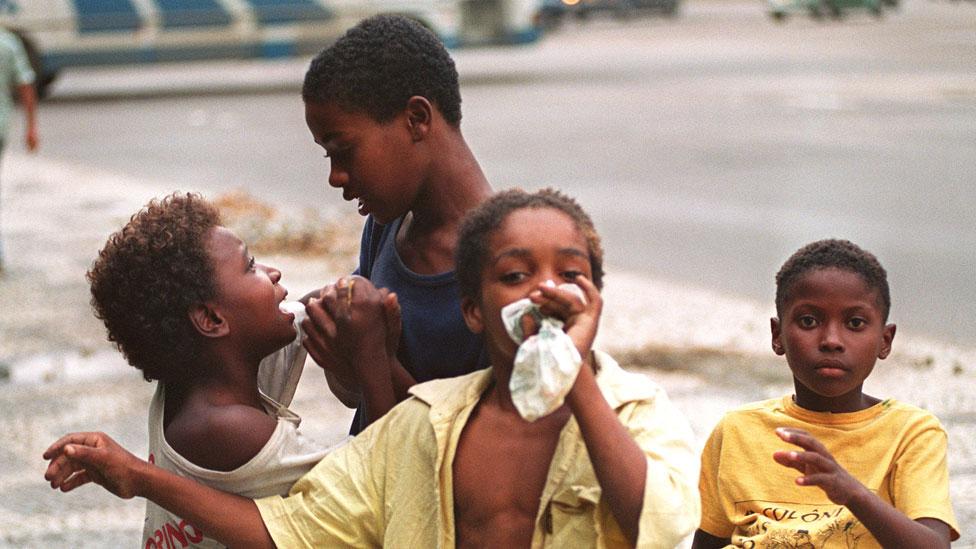 Niños peleándose por aspirar pegamento en una calle de Brasil. La droga es para muchos la única forma de soportar el miedo y el sufrimiento.