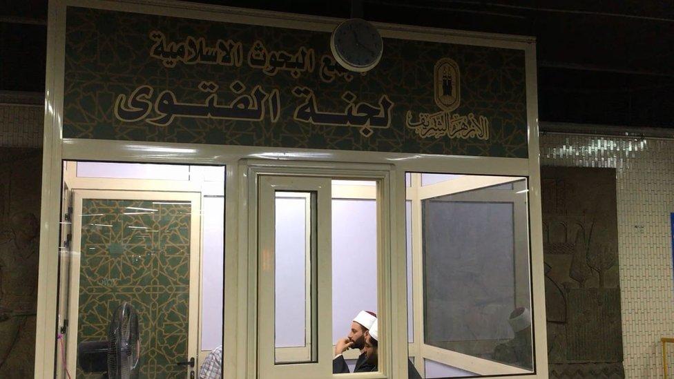 """""""كشك الفتوى"""" في مترو أنفاق مصر"""