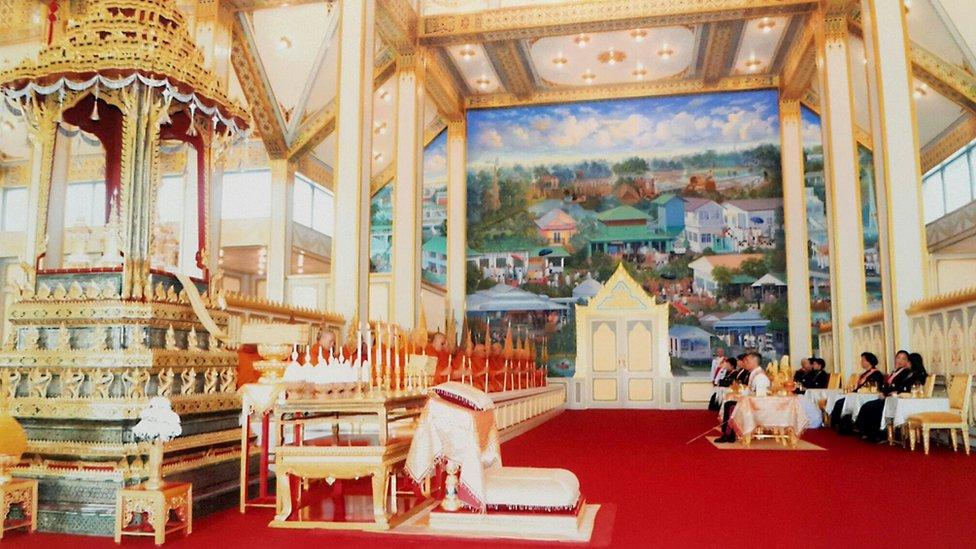 جانب من مراسم جمع رفات الملك بعد حرقه
