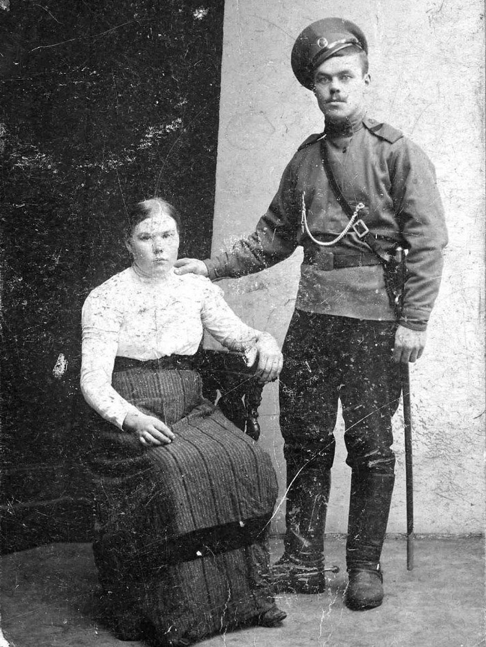 Fyodor Oparin, aquí con su esposa, Marina, fue acusado de reclutar soldados para el Ejército Rojo.