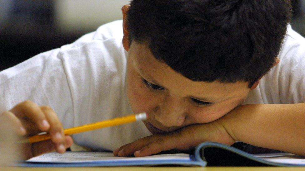 Niño tratando de estudiar