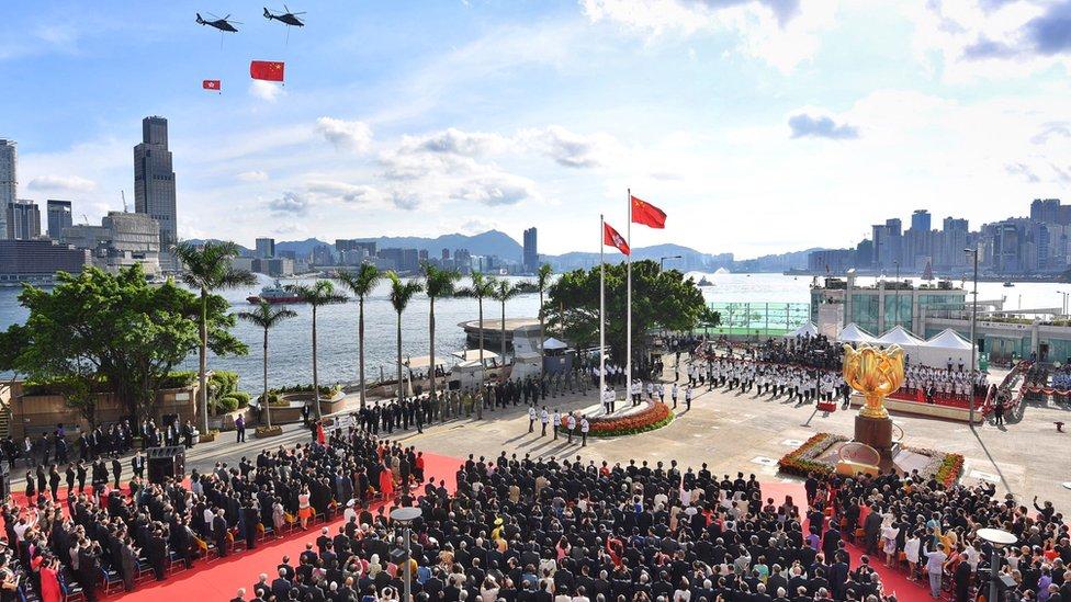 Helicópteros pasan sobre las banderas de China y Hong Kong en la plaza dorada de Bauhinia, 1 de julio de 2017