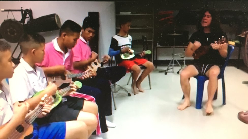 BBC News - The View singer's ukulele lessons are a hit with Thai orphans