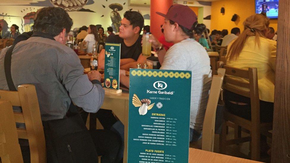 Clientes en restaurante Karne Garibaldi.