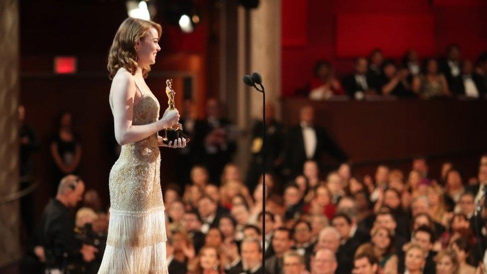 La actriz Emma Stone recoge el Oscar a mejor actriz en la ceremonia de 2017.