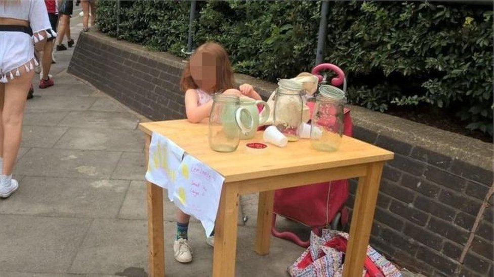 У Лондоні за торгівлю лимонадом оштрафували п'ятирічну дитину