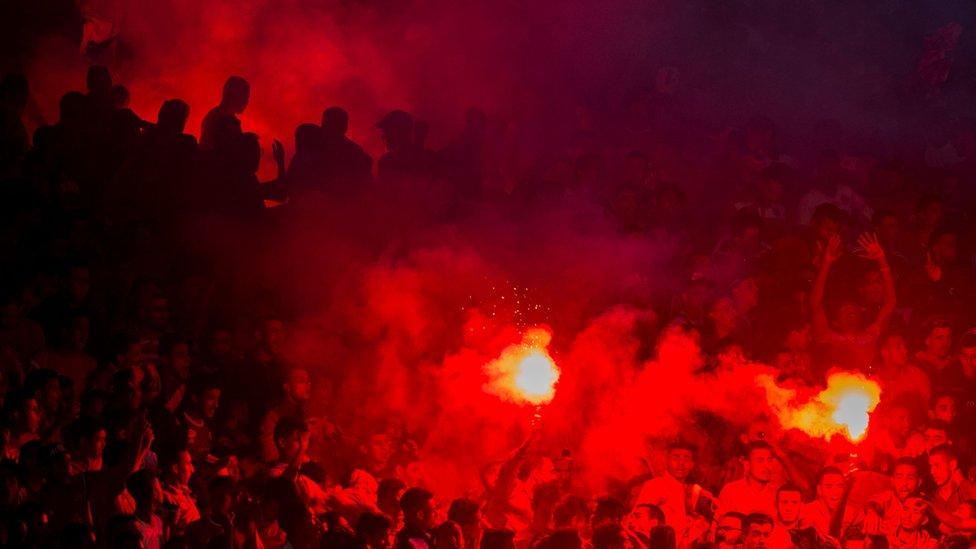 مشجعو الوداد يحتفلون بأحد أهداف الفريق في الدور قبل النهائي