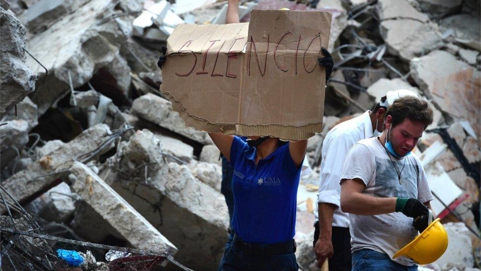 Los rescatistas piden que bajen el volumen de los celulares para escuchar a víctimas atrapadas