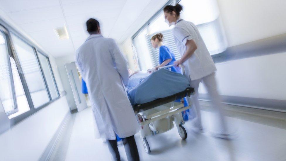 Enfermeras entrando a sala.