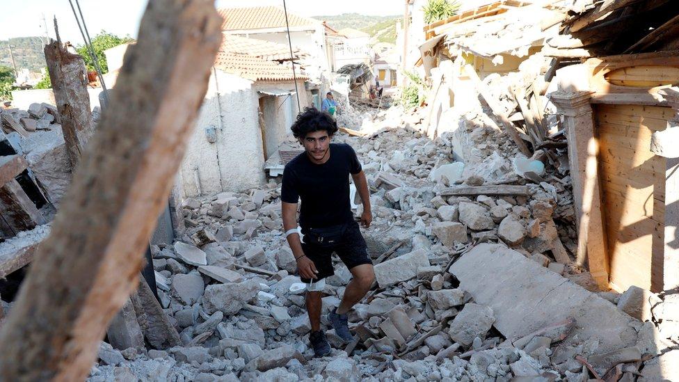 Un hombre camina por Vrisa (12 de junio).