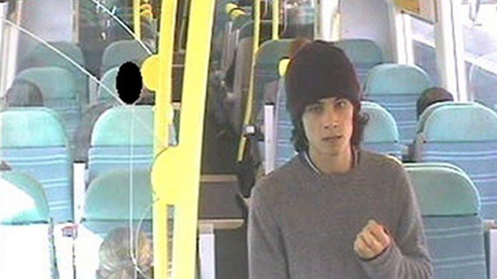 Ahmed Hassan aparece en la cámara de seguridad del tren a Brighton, Reino Unido.