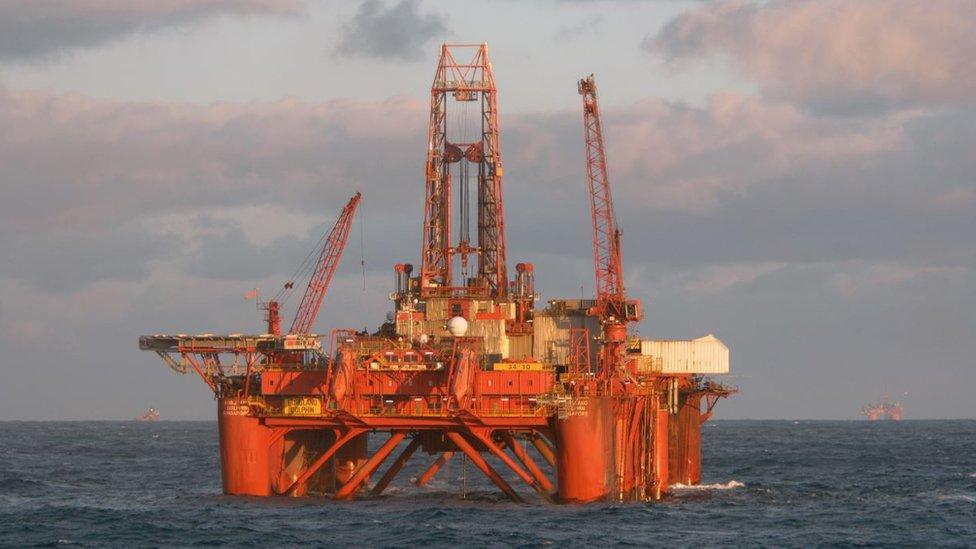 Tras la bonanza petrolera, la economía noruega se transformó y el país no ha dejado de invertir las ganancias obtenidas en un gigantesco fondo soberano, una cuenta de ahorros gigante.