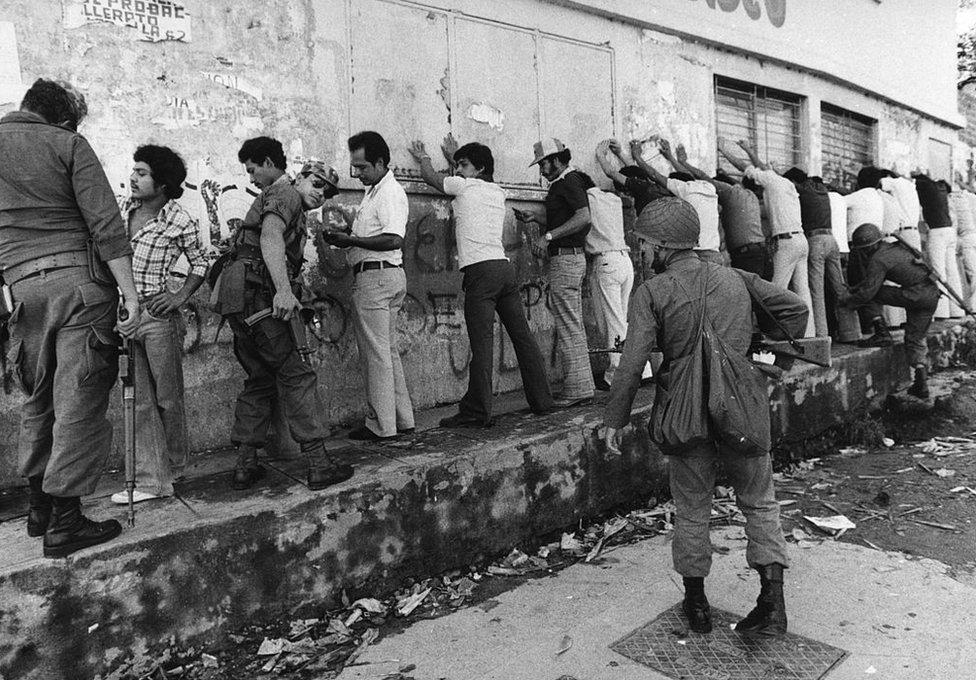Soldados registran a estudiantes en San Salvador en 1980.